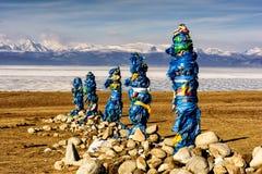 Sakralt ställe med obo Vinterlandskap av Mongoliet Sjö Khubsugul och berg royaltyfri fotografi