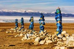 Sakralt ställe med obo Vinterlandskap av Mongoliet Sjö Khubsugul och berg arkivfoton