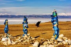 Sakralt ställe med obo Vinterlandskap av Mongoliet Sjö Khubsugul och berg arkivbild