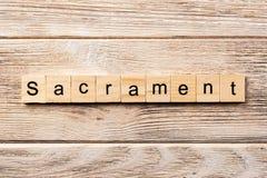 Sakramentord som är skriftligt på träsnittet sakramenttext på tabellen, begrepp arkivbilder