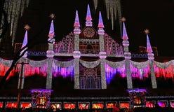 Saks Fifth Avenue Festooned met Kleurrijke Vakantielichten royalty-vrije stock afbeelding