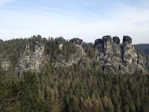 Saksen Zwitserland met abluehemel royalty-vrije stock afbeelding