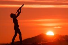 Saksofonista bawić się przy zmierzchem Fotografia Royalty Free