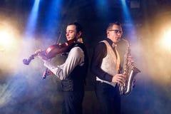 Saksofonista i skrzypaczka bawić się muzykę klasyczną fotografia stock