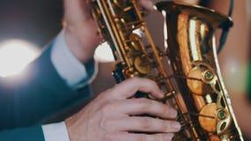 Saksofonista w obiadowej kurtki sztuce na złotym saksofonie Żywy występ jazzes zdjęcie wideo