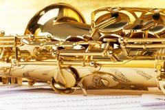 Saksofonowa część z muzykalnymi notatkami odbija na nim Zdjęcie Royalty Free