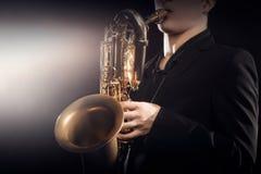 Saksofonowego gracza saksofonista bawić się jazzowego saksofonu barytonu Zdjęcie Stock