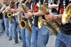 Saksofonowych graczów uliczna parada obraz royalty free