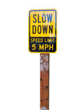 Sakta ner hastighetsbegränsningen 5MPH på vit bakgrund Royaltyfri Fotografi