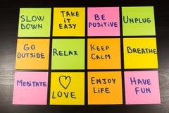 Sakta ner, koppla av, ta det som är lätt, håll stillhet, älska, tyck om liv, ha gyckel och andra motivational livsstilpåminnelser Royaltyfri Bild