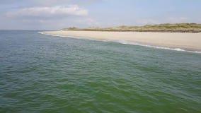 Sakta vänden till och flyget över den totalt tomma stranden lager videofilmer