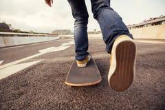 sakteboarding sur la rue de ville Image stock
