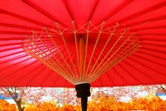 Sakura και παραδοσιακή ιαπωνική κόκκινη ομπρέλα στοκ φωτογραφίες