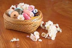 Sakura w łozinowym koszu z cewami nić Zdjęcie Royalty Free