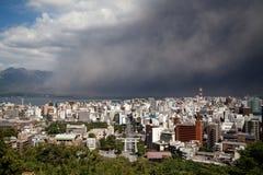Sakurajima извергает, падения золы на город Кагошима стоковые изображения
