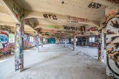Salão abandonado velho da fábrica fotos de stock royalty free