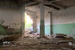Salão arruinado da fábrica Fotografia de Stock
