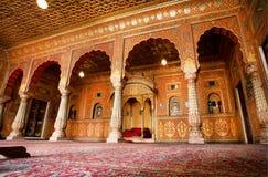 Salão com os arcos em testes padrões do ouro na Índia Fotografia de Stock Royalty Free