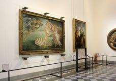 Salão com pinturas por Botticelli, galeria de Uffizi, Florença foto de stock