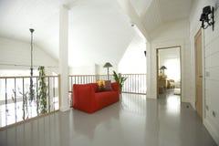 Salão com sofá vermelho Imagem de Stock