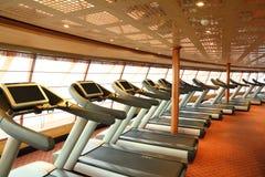 Salão da ginástica com as escadas rolantes no navio de cruzeiros Fotos de Stock