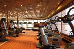 Salão da ginástica com escadas rolantes e bicicleta do exercício Imagem de Stock Royalty Free