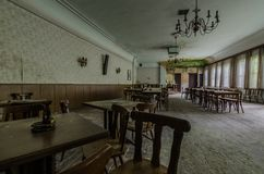 salão de baile com tabelas e poltronas em uma residencial imagens de stock