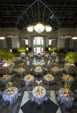 Salão de baile espaçoso do banquete ou do casamento imagens de stock royalty free
