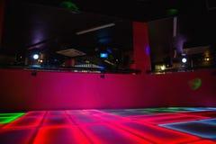 Salão de baile iluminado vermelho do disco imagens de stock