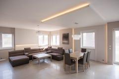 Salão de beleza confortável com jantar do grupo Imagem de Stock Royalty Free