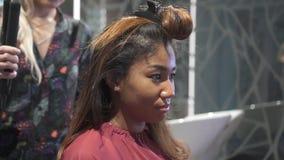 Salão de beleza da visita da mulher a fazer a denominação agradável do cabelo filme