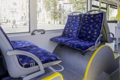 Salão de beleza do ônibus do veículo da cidade com assentos vazios dos passangers imagem de stock