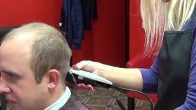 Salão de beleza do ajustador do corte do cabelo vídeos de arquivo