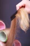 Salão de beleza fêmea do cabeleireiro dos rolos dos encrespadores da cabeça do cabelo louro Fotos de Stock