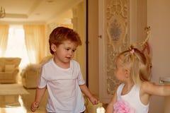 Salão de beleza de surpresa do cabelo Crianças pequenas com penteados à moda Menino e menina pequenos com cabelo louro Irmão e imagem de stock royalty free