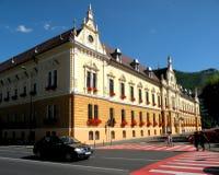 Salão de cidade Ajardine na cidade velha Brasov (Kronstadt), em Transilvania Foto de Stock