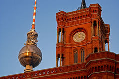 Salão de cidade de Berlim e torre da televisão imagens de stock