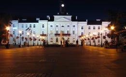Salão de cidade em a noite. Imagens de Stock