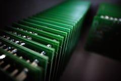 Salão de conjunto dos componentes eletrônicos em vagabundos do borrão da fábrica da alto-tecnologia fotos de stock