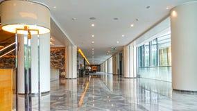 Salão de construção comercial moderno do hotel do corredor do escritório da entrada foto de stock royalty free
