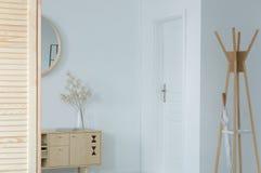 Salão de entrada clássico com mobília de madeira, foto real com espaço da cópia foto de stock