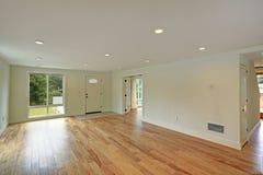Salão de entrada vazio com o assoalho de folhosa lustrado e as paredes brancas fotos de stock royalty free