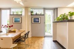 Salão de jantar com balcão imagens de stock royalty free