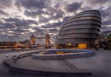 Salão de Londres com a ponte da torre do fundo Fotos de Stock Royalty Free