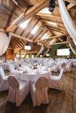 Salão do banquete com decoração branca Fotografia de Stock Royalty Free