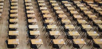 Salão do exame estabelecido com cadeiras e as mesas de madeira Fotografado em Queen Mary, Universidade de Londres imagens de stock royalty free