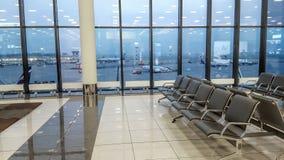 Salão do terminal de aeroporto internacional, vista do aeródromo através da janela, conceito do curso Foto de Stock