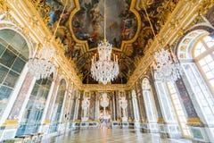 Salão dos espelhos do palácio famoso de Versalhes fotos de stock