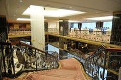 Salão, escadas e um grande candelabro no hotel Lotte Imagens de Stock Royalty Free