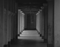 Salão escuro na construção do Francês-estilo em Dalat, Vietname fotografia de stock